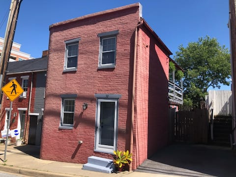 Historic Downtown Row House-Private Yard & Parking