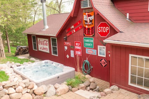 Cabin w/ Privacy -3 Living rooms, 7 Beds, & Hottub