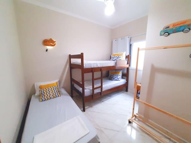 No piso superior o quarto de solteiro, com beliche, cama de pallet, Arara com cabides para roupas e malas, e mesinha de canto.  Acompanha  1 jogo de lençóis, travesseiro e lindas almofadinhas :D