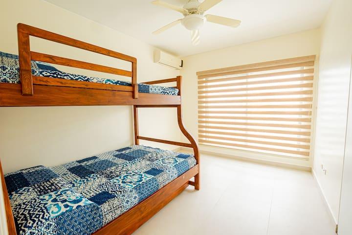 Habitación 2, incluye litera con cama de piso adicional