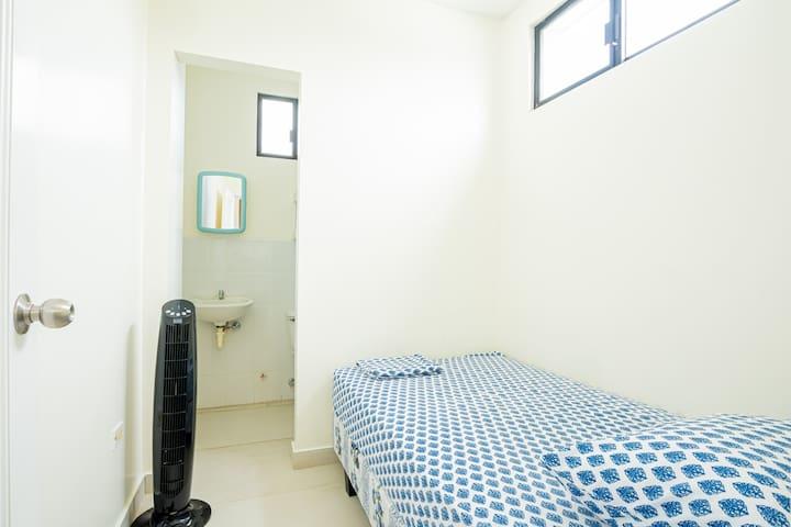 Habitación de servicios, con su propio baño, incluye un ventilador portátil