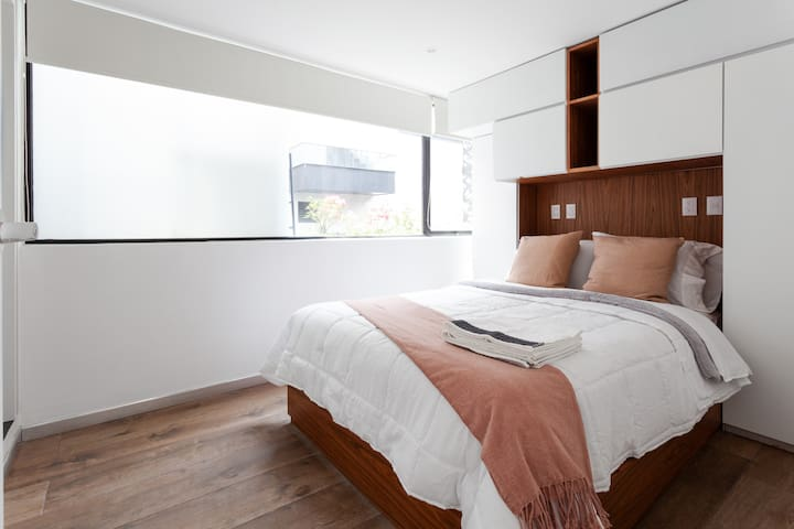 Habitación con cama tipo matrimonial muy confortable y con vista interior muy iluminada