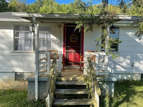 Cozy 2 Bedroom Farmhouse Cottage