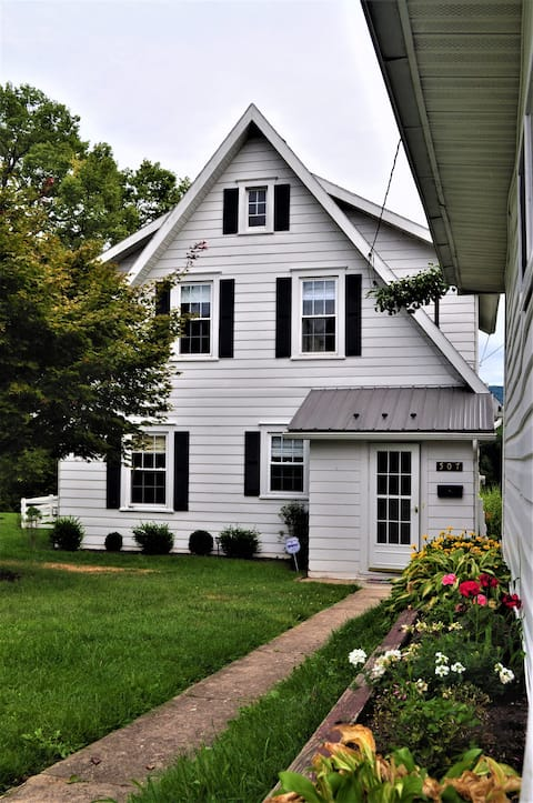 Cozy riverfront cottage with easy access to US 322