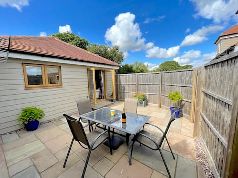 Cheerful 2 bed self contained detached cottage