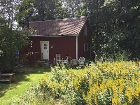 Útulná chata s krbem a pěknou zahradou