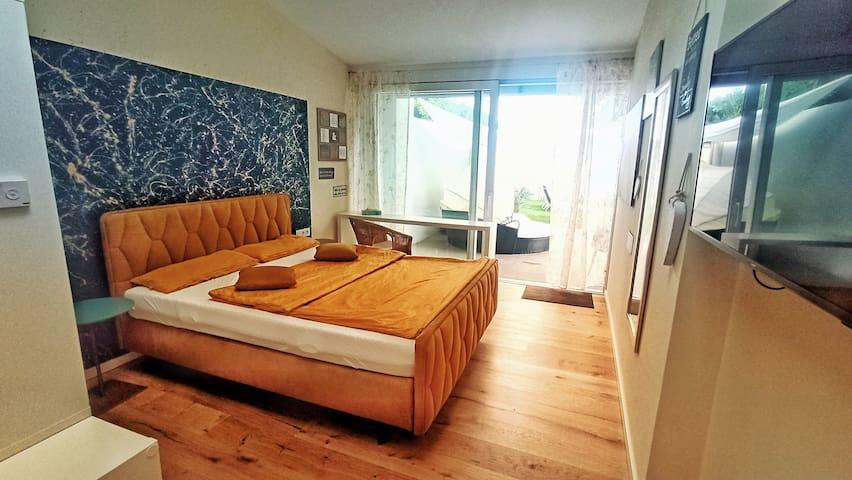 Großes Privatzimmer mit Arbeitsmöglichkeit TV und Gartenzugang