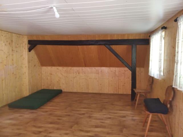 dřevem obložená sociální místnost