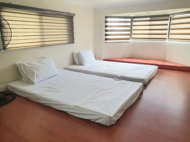 Spacious loft with 2 queen size mattress, and extra foams, Fan room