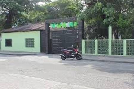El colegio santander queda al frente de la casa sobre la avenida centenario. Sector iluminado