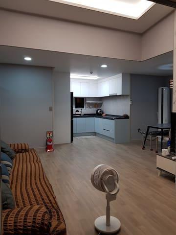 넓은 거실과 주방 식탁이 함께 있어 편리합니다