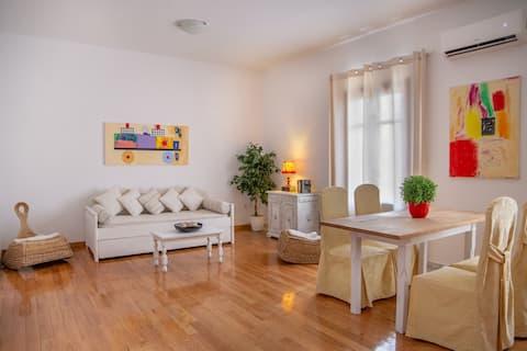 Стильная квартира с видом на море в Андросе - до пляжа можно дойти пешком