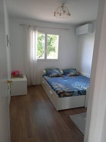 Deuxième chambre à l'étage 11m² (orientation nord). Dimension du lit 160x200.