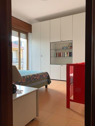 Camera da letto 1 1 letto matrimoniale, armadio, culla, condizionatore indipendente