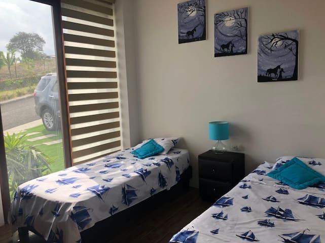 Habitación con cama doble y escritorios para estudio o trabajo aloja dos personas