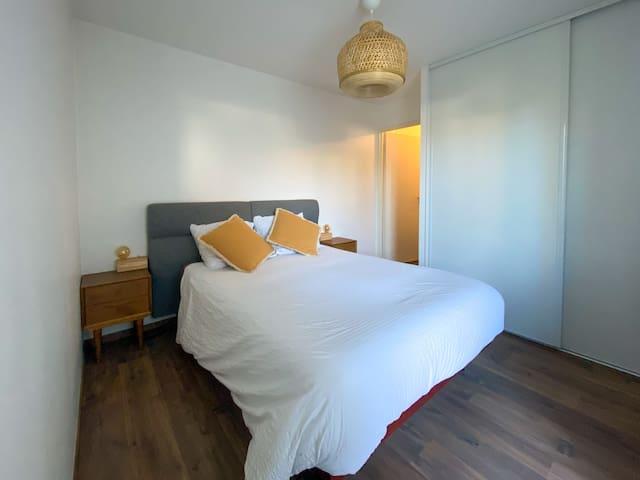 chambre avec lit 140 et placard/penderie