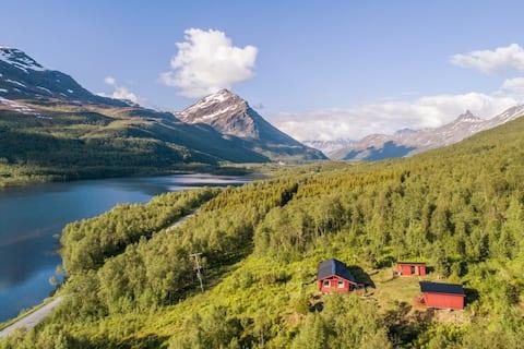Breathtaking lakefront cabin in Lyngen Alps-Tromso