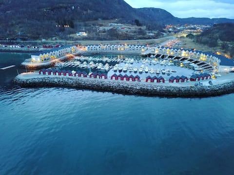 Sjøbod med nydelig utsikt og gratis parkering.