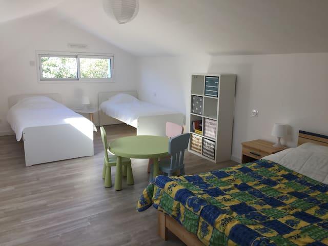 Mezzanine avec 3 lits possibilité 4 couchages.  Sur place, jeux et livres pour enfants et coin jeux
