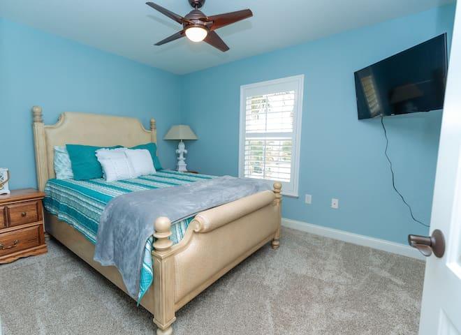 Bedroom 3 with queen size bed, Smart TV