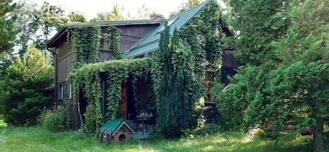 Casa pintoresca con un jardín junto al viejo río Bugu