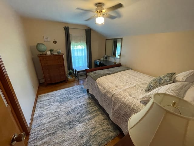 Relaxation room. Upstairs bedroom #4. Come home and relax in the queen size bed.  Dedicated workspace is provided.  USB outlets are provided on either side of the bed for your convenience.