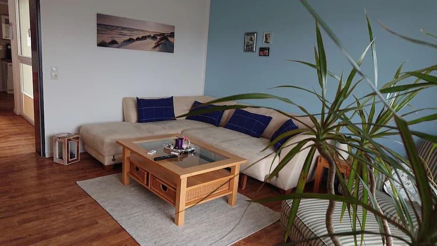 Couch mit Topper und Bettwäsche für den 3. Gast (80 x 200 cm Liegefläche).