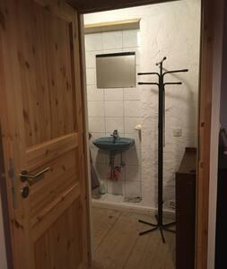 Pas accessible en fauteuil car escalier pour accéder à la chambre à l'étage.