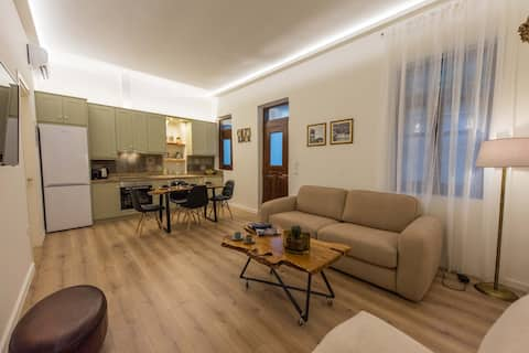 1571_SUITES A2  στο κέντρο της Ναυπάκτου με αυλή.