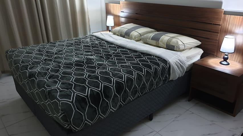 Cama nova tipo box com tamanho queen para maior conforto e uma noite de sono agradável.