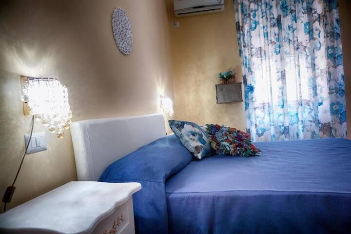 Camera doppia con letto matrimoniale, bagno privato, climatizzatore, armadio con cassaforte, scrivania d'appoggio con sedia