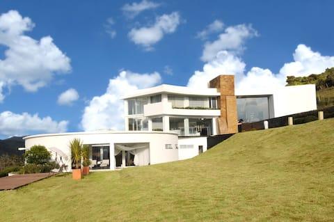 Hermosa casa en las montañas con vista de 360 grad