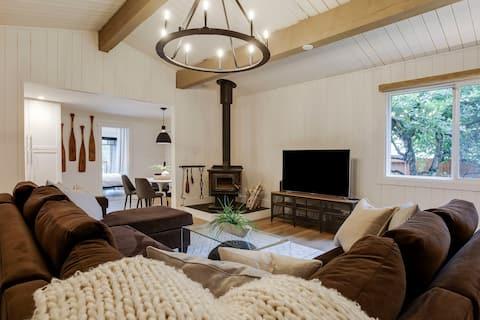 Cozy 3 bedroom Cabin, Steps to Windermere Lake!