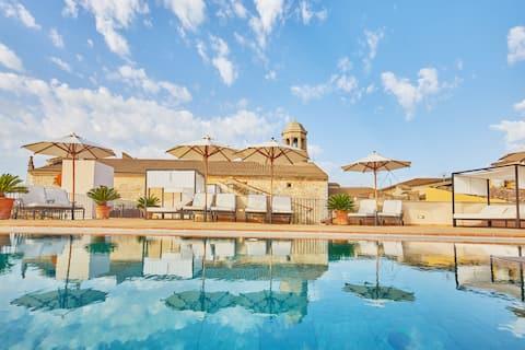 Doppelzimmer im mediterranen Stil mit privatem Whirlpool und Gemeinschaftspool