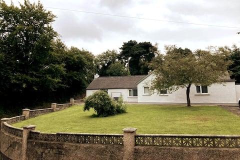 Rustige gezellige bungalow in de buurt van het stadscentrum en Donegal