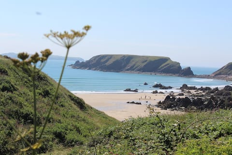 Cosy detached holiday bungalow in Marloes, Pembs