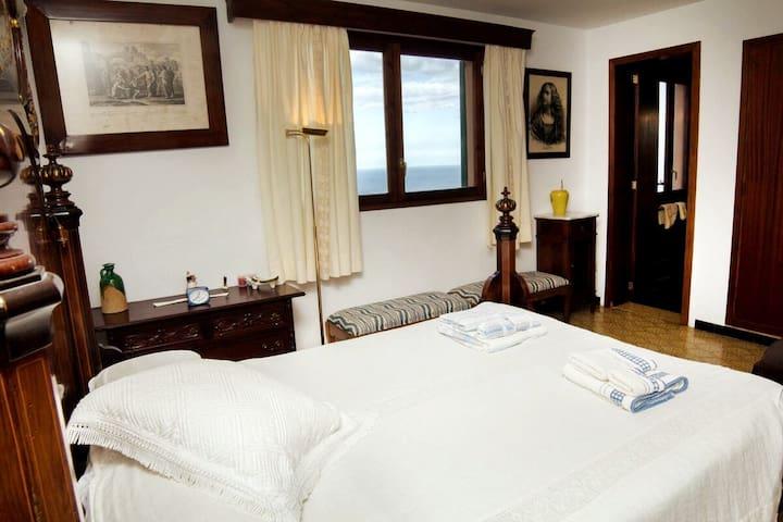La suite principal cuenta con un baño e impresionantes vistas al mar.