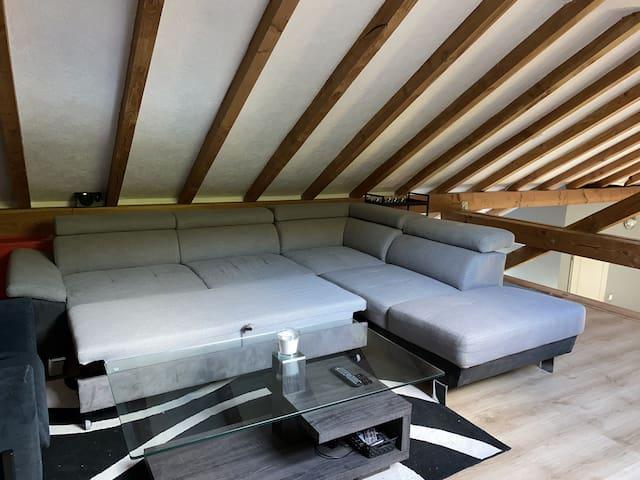 Le canapé se convertit et permet d'accueillir deux personnes supplémentaires