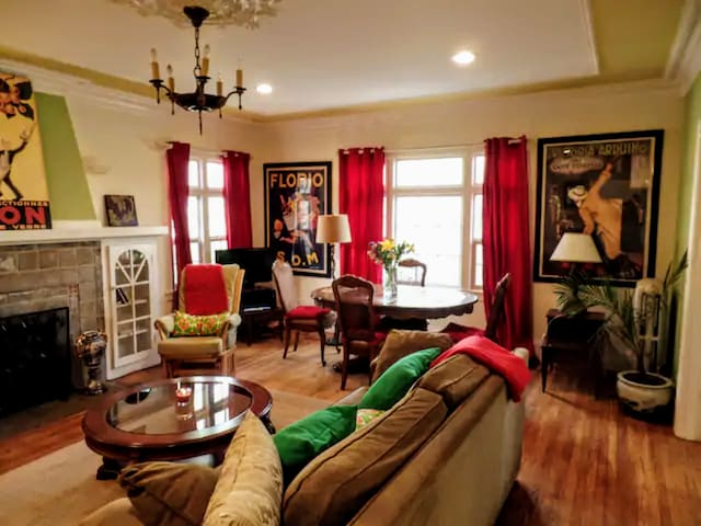Colorful 1BR apartment in Elmwood