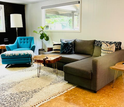 Boho-Suite in Mid-Century Modern A-Frame