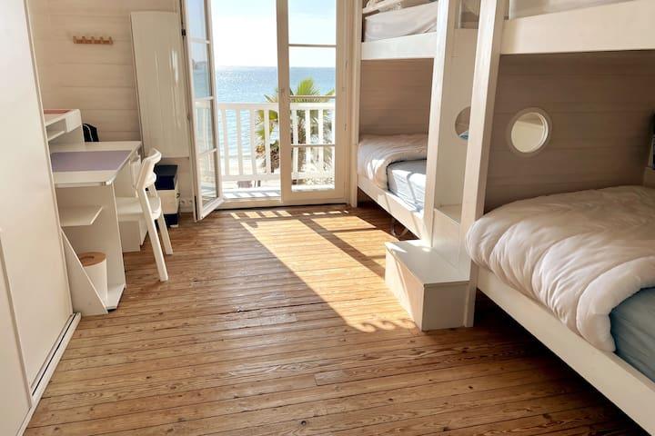 Chambre de 4 couchages avec vue dégagée sur la baie, de Concarneau à Beg Meil le panorama y est exceptionnel. Agrémentée d'un bureau et de deux lits bébés pliables elle ravie grands et petits.