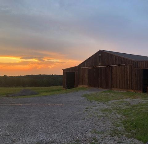 Barn apt w/ a view- perfect, peaceful getaway!