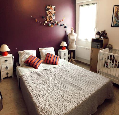 Chambre double avec un lit bébé.