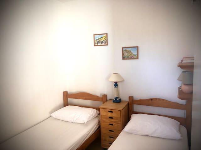 Chambre équipée de lits jumeaux