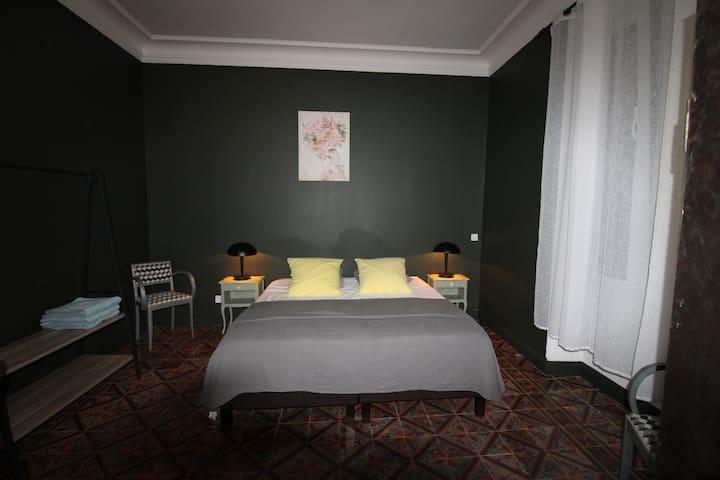 La chambre avec un lit de 180X200.