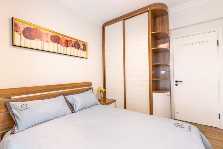 次卧床和书柜均是索菲亚品牌;床垫为慕思品牌床垫