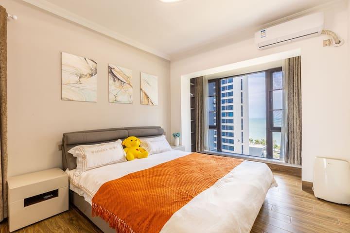主卧自带独立卫生间,主卧床和衣柜均是索菲亚品牌,床垫是一线品牌慕思。房间内躺着就可以看到大海;