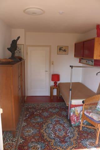 Zimmer zur Terrasse und Küche mit einem Einzelbett