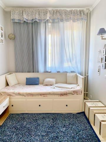 Детская спальня, кровать раздвигается