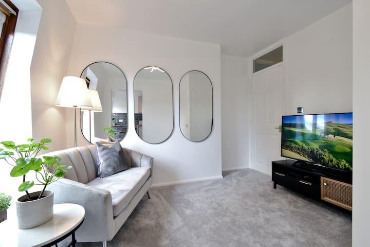 Stylish/Modern Living Room with large flatscreen TV and free Wifi